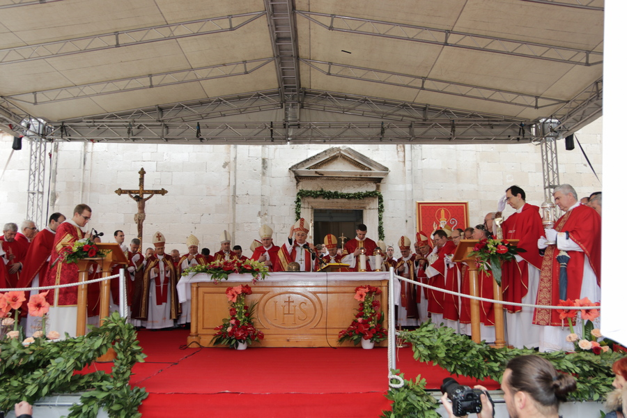 Dvanaest (nad)biskupa u svečanoj procesiji na sv. Vlaha