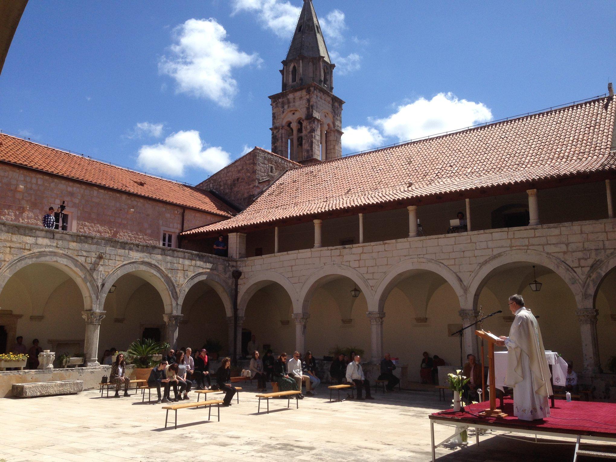 ROŽAT, 3. V. 2020. MISA S NARODOM u klaustru Samostana